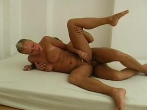 Kurzhaarige fickt gei im Retro Porno