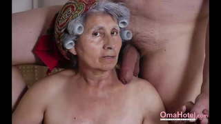 une asiatique nue