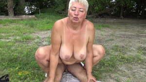 Öffentlichkeit oma der nackt in Fast nackt